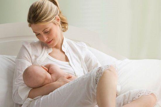 Beneficiile alăptării la sân a bebelușului   Alăptarea reduce semnificativ riscul copilului de a avea astm alergii sau cancer infantil.  Laptele de mamă conține anticorpi care îl ajută pe nou-născut să lupte împotriva virușilor și bacteriilor nocive.  Nou-născuții hrăniți exclusiv la sân în primele 6 luni de viață sunt mai puțin predispuși la infecții ale urechii boli respiratorii și diaree.  Copiii care au fost hrăniți cu lapte de mamă în primele luni de viață e mai puțin probabil să devină…