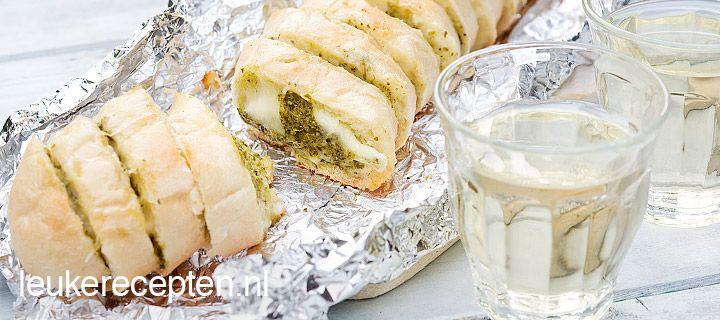 stokbrood van de BBQ met pesto en mozzarella. Tijdens het bakken omwikkelen met zilverfolie.