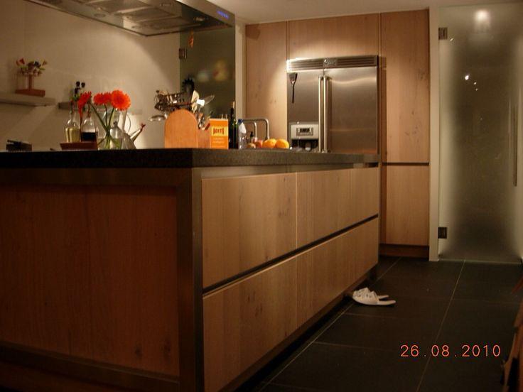 Systemat-Häcker greeploos houten keuken, met Bosch vrijstaande koelkast en granieten aanrecht incl. Quooker