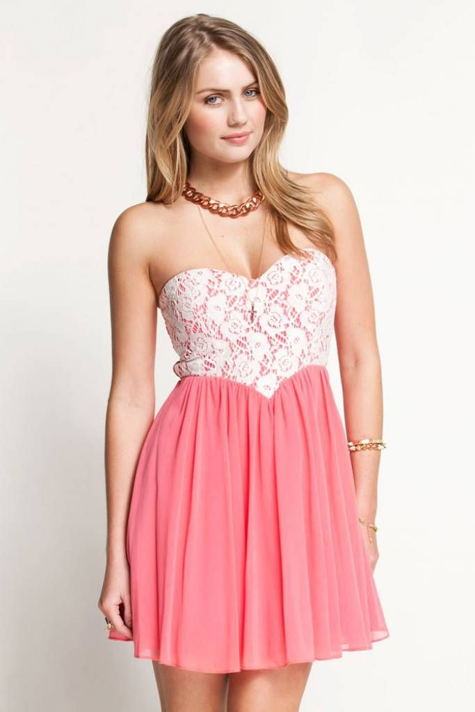 Roze jurkje met kanten topje: mooi met enkele bescheiden zilveren- of gouden sieraden of parels