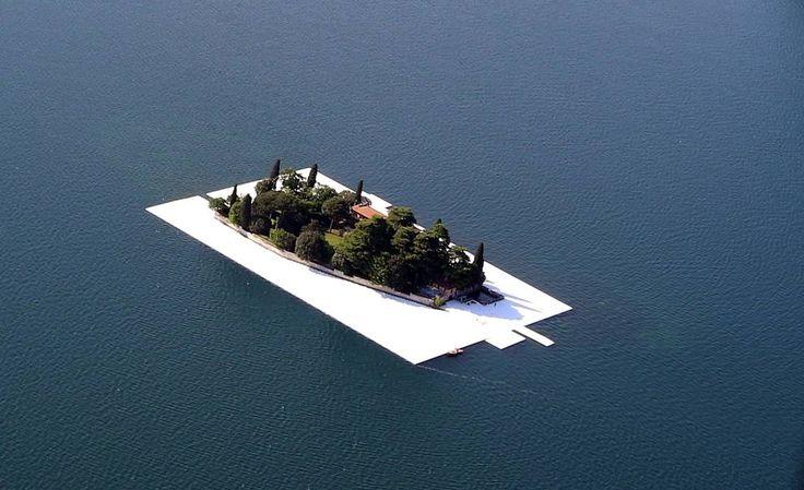 Completato il tratto di passerella galleggiante che circonda l'Isola di San Paolo, di proprietà della famiglia Beretta. #thefloatingpiers #Christo