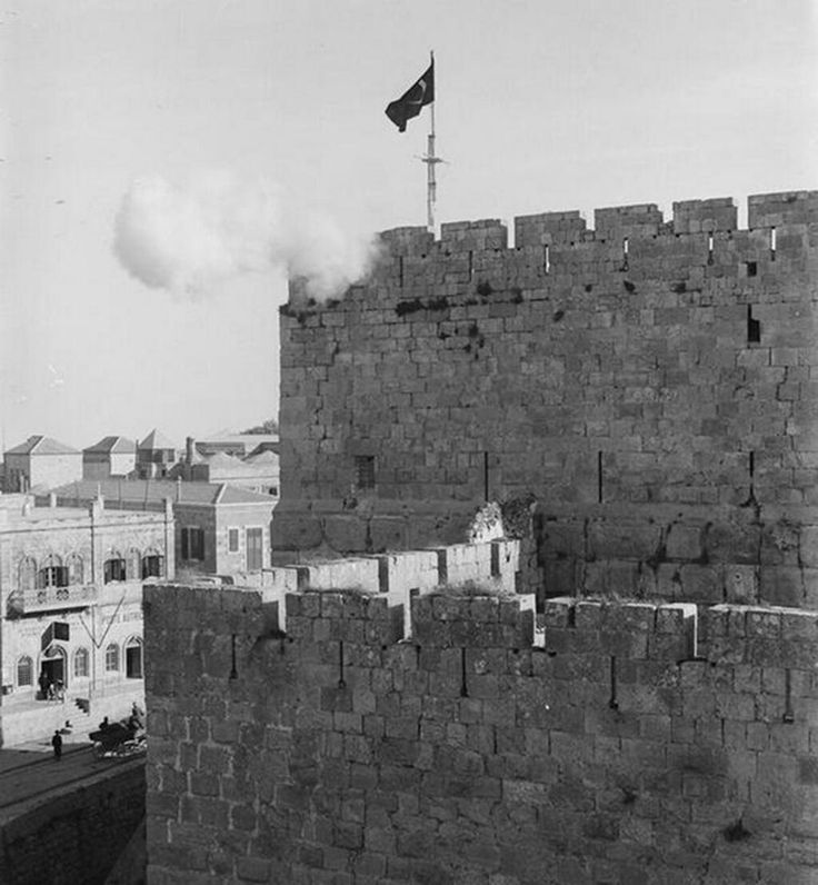 1890'larda Kudüs'teki bir Osmanlı askeri birliğinden Ramazan ayının gelişini haber vermek için yapılan top atışı. pic.twitter.com/32BP8S9YP5