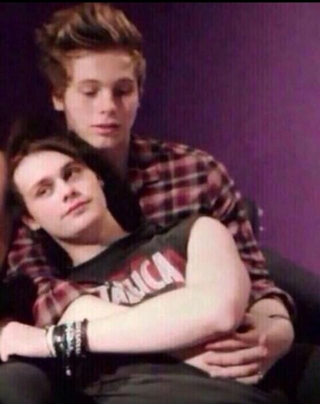 Luke Hemmings And Michael Clifford Cuddling