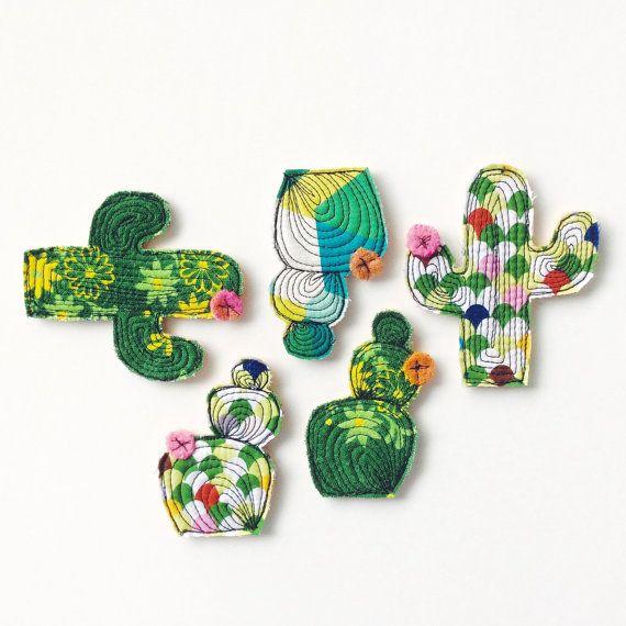 Rainbow cactus brooch por alittlevintagestore en Etsy
