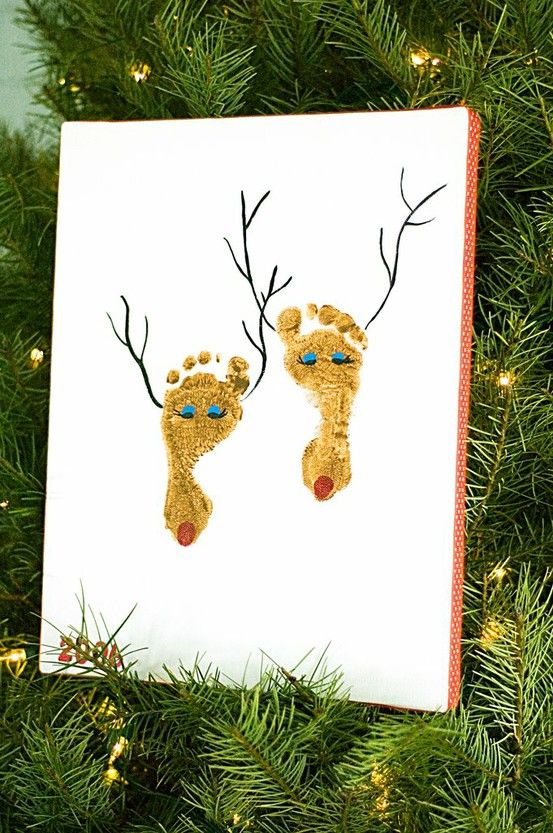 Christmas Craft Baby Feet. I wish I had done this with my kids on their first Christmas. It's never to late though. Must make sure to write the year on the canvas!