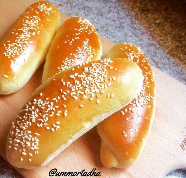 طريقة عمل الصمون خبز هش منزلي الصنع المكونات 5 كوب دقيق كوب زبادي م ك خميرة فورية م ك بيكنج باودر 5 م ك حليب Turkish Recipes Hot Dog Buns Bread