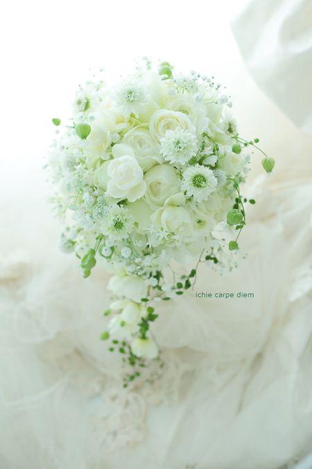 白いバラと、小花たくさんと、カスミソウを挿しいれた セミキャスケードブーケ、ザ・ハウス白金様へ。  お色直しのブーケは、プリザーブドレッスンにい...