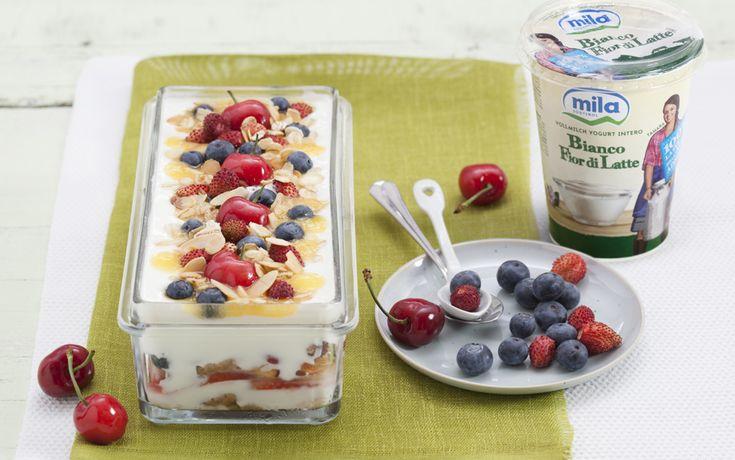 Tiramisù di yogurt alla frutta, avena e mandorle ricetta