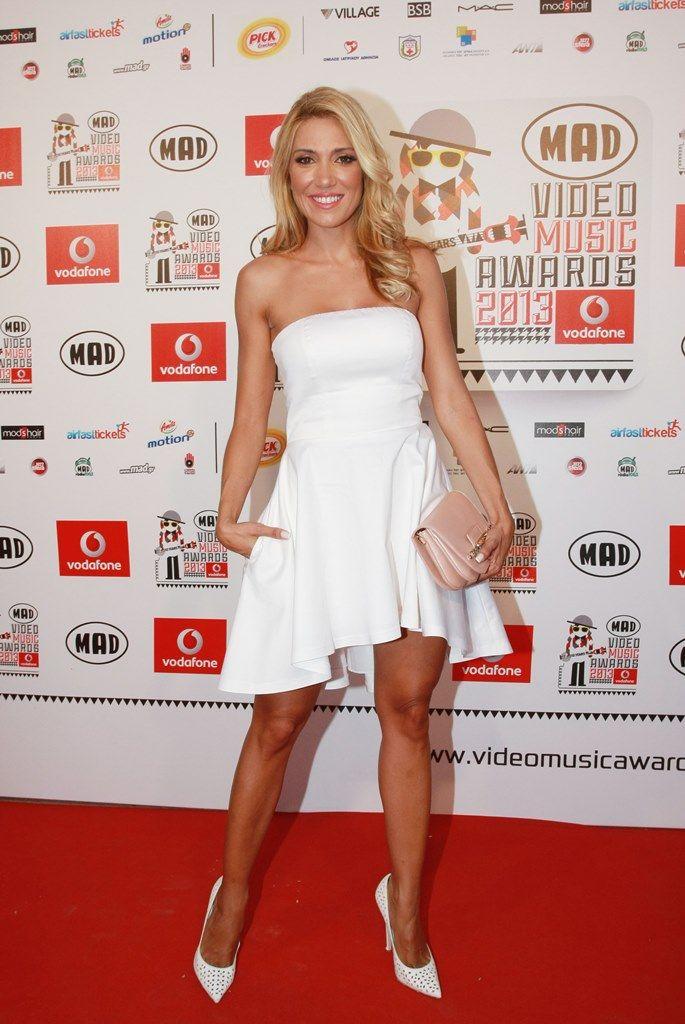 Έλενα Παπαβασιλείου Μπορεί να επέλεξε το «αγνό» λευκό χρώμα για το BSB φόρεμα της αλλά με τέτοια πόδια η παρουσιάστρια σίγουρα ξεσήκωσε το κοινό.