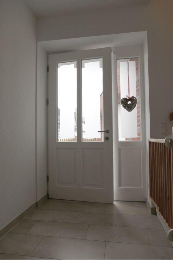 Holz-Haustür mit Altbau-Charme: Klassische weiße Rahmentür mit parallelen Lic