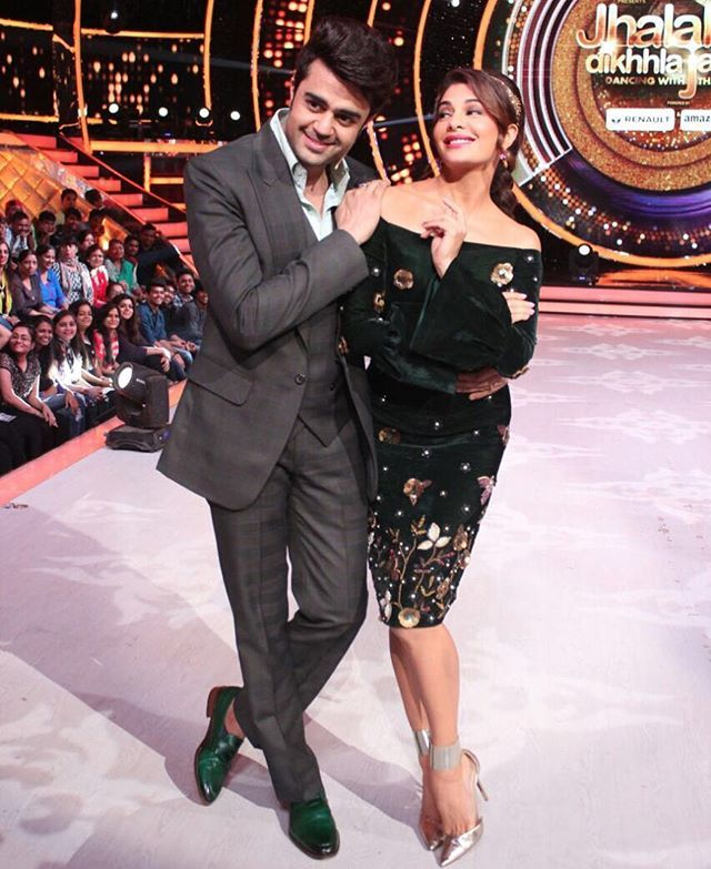 Yes we love posing!!!hahahaa every episode its like a ritual n even the team makes sure the pic is done hahahaha @jacquelinef143 #mp #jacquelinefernandez #judge #jdj #love #lifeisgood #masti #fun #host #