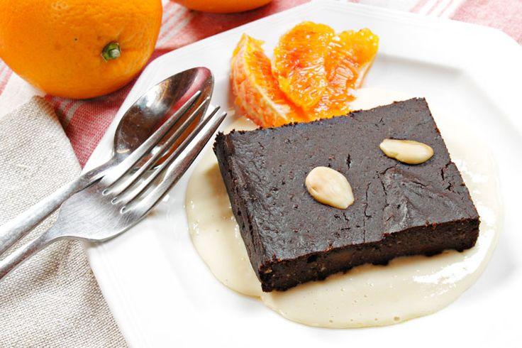 Brownies vegan alle mandorle e salsa all'arancia