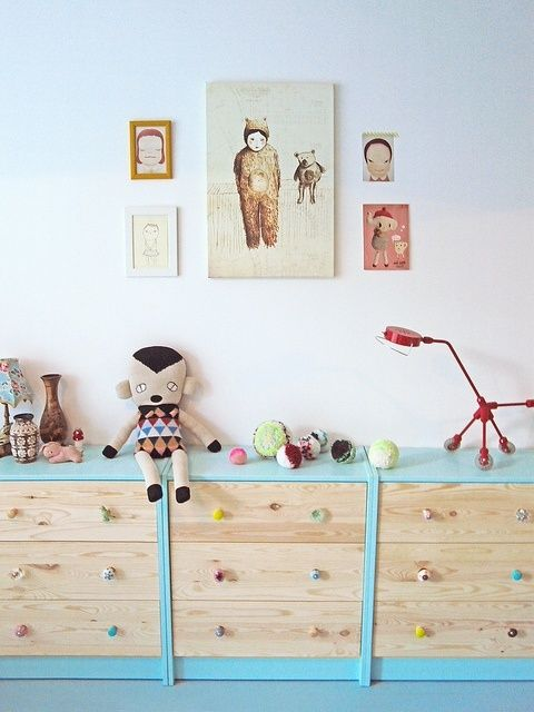 Another interesting way to create personalised children's furniture is with accessories. The chest of drawers featured here has been adorned with new handles in various shapes and colours.