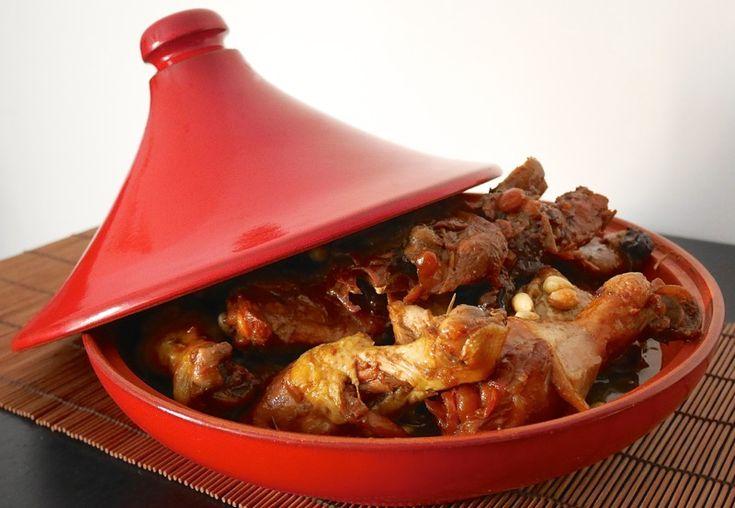 La tajine di pollo alla frutta secca è stata la mia prima ricetta con la tajine, tipica pentola di terracotta marocchina dalla punta allungata con un picco