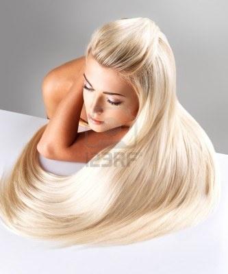 Bella donna con lunghi capelli biondi dritti. Modella in posa nello studio. Archivio Fotografico