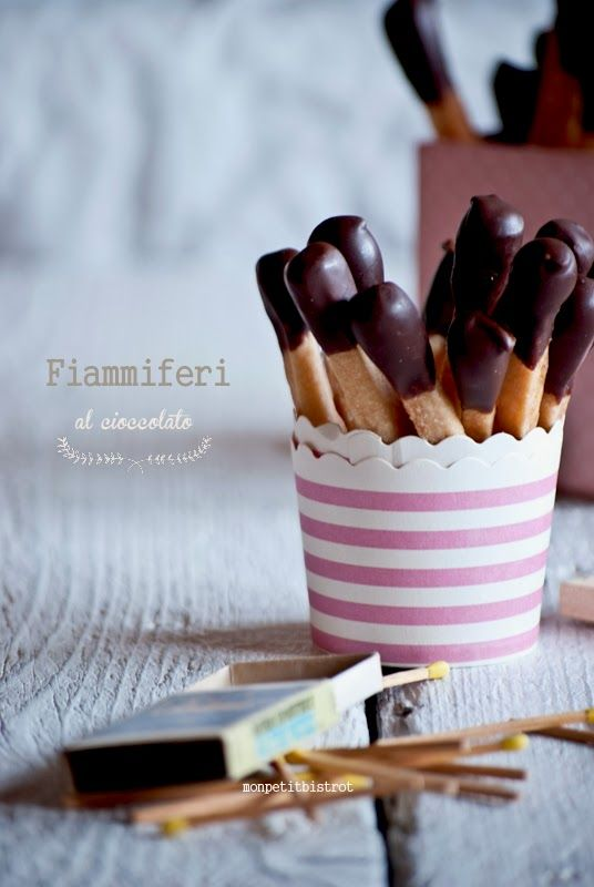 Fiammiferi al cioccolato #ingredienti 250 g di farina 180 W 100 g di burro 125 g…