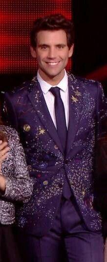 1ère tenue de Mika lors des direct de the voice.