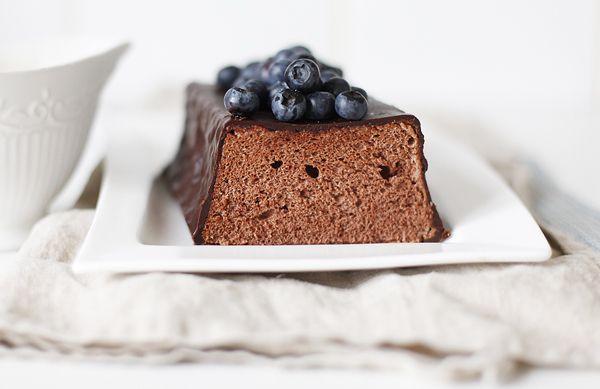 Как и в любой бисквит, в бисквит на белках можно добавлять какао, заменяя им часть муки. Без желтков бисквит получается очень упругий и легкий, ну и конечно, в нем…
