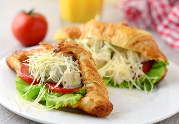 Круассан-сэндвич «Цезарь с курицей» — вкусное и питательное блюдо, которое прекрасно подойдет для завтрака. Вместо калорийного соуса в данном рецепте используется заправка
