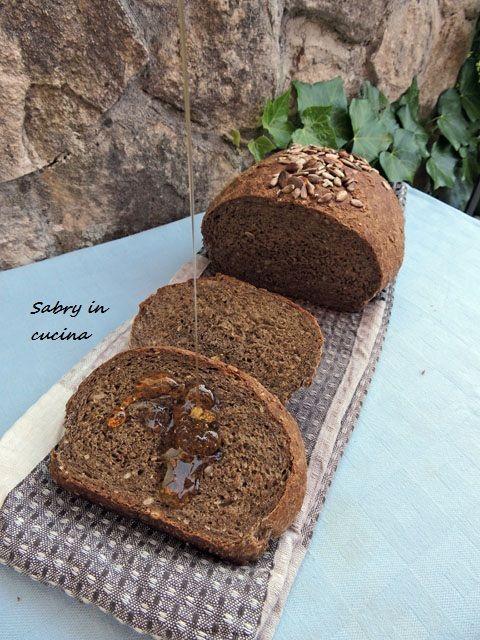 Pane nero ai semi di girasole, ricetta per pane fatto in casa semplice e fragrante, profumato e soffice, ricetta base, Sabry in cucina blog