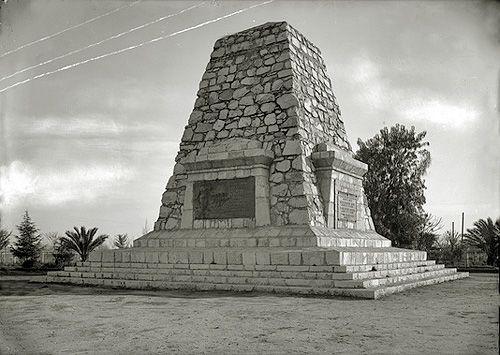 """LA PLAZA DEL MONUMENTO Y SU HOMENAJE A LOS HÉROES DE MAIPÚ: A LOS """"VENCEDORES DE LOS VENCEDORES DE BAILÉN"""" https://urbatorium.blogspot.cl/2018/01/la-plaza-del-monumento-y-su-homenaje.html El monumento hacia 1930. Imagen hoy perteneciente a las colecciones del Museo Histórico Nacional.   Coordenadas: 33°30'26.62""""S 70°45'29.3..."""