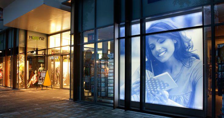Textielframes op locatie voor Primera. Custom-made en geïnstalleerd textielframe met verwisselbaar doek en aluminium doek. http://www.van-raalte.com