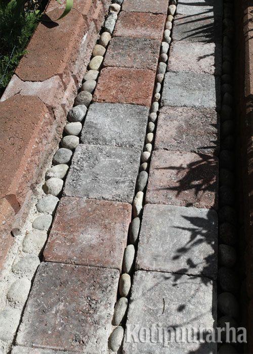 Tavallinen kiviladonta saa hauskan ja leikkisän ilmeen luonnonkiviraidoilla. www.kotipuutarha.fi