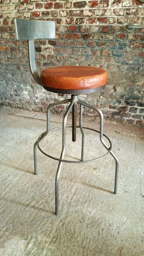 Echte #barkruk met rugleuning. De zitting is uit leer vervaardigd en is draaibaar. Met zijn verstelbare hoogte kan deze #kruk als #bureaustoel gebruikt worden, rond een tafel of aan een #bar. #Barak7nl