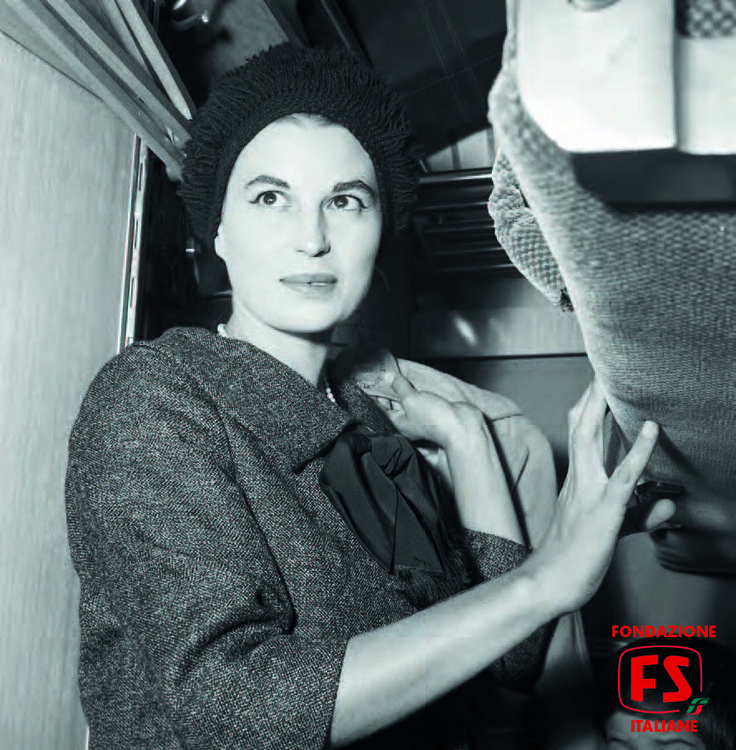 Silvana Mangano nell'elegante compartimento doppio di una carrozza letto del treno speciale per Klagenfurt allestito per il trasporto della troupe di Jovanka e le altre (1960)