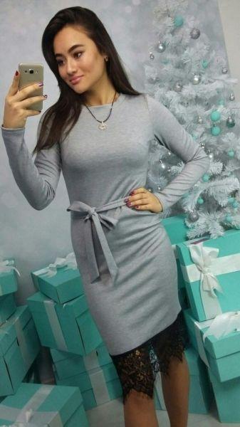 Платье стильное изящное облегающее с поясом деловой стиль с кружевом серый