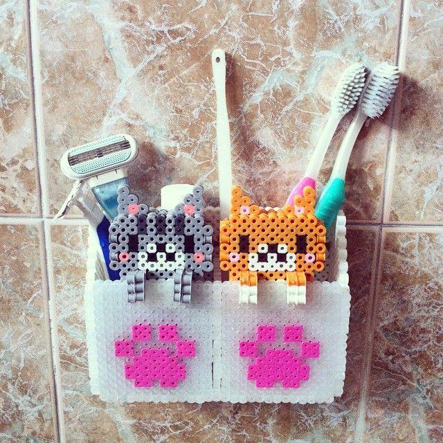 Perler bead toothbrush holder with kitties by mangocats (3D kitty pattern by Asami Nagasaki)