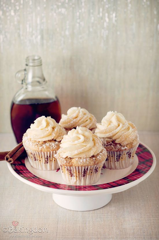 Streusel-Topped French Toast Cupcakes with Maple Buttercream #easy #cupcakerecipes http://thecupcakedailyblog.com/french-toast-cupcakes-with-maple-buttercream/