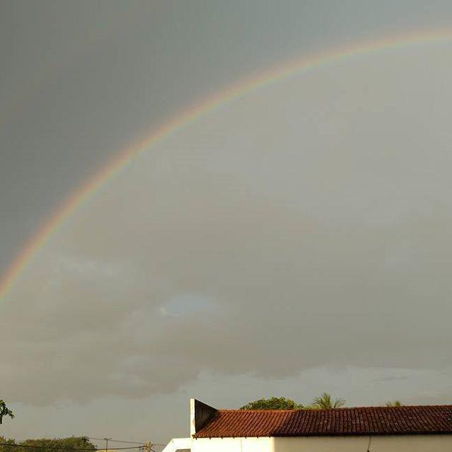 As vezes a natureza nos brinda com sua presença! Boa semana a todos!  #dajanela #arcoiris #rainbow  #chuva  #rain☔  #naturezaperfeita  #naturezaviva  #naturezabela  #perfeicao  #perfection  #deus  #deusnocomandosempre  #vidabela  #beautifulllife  #instamoment  #barreiras  #bahia❤️ #nordestemeulindo  #nordestegram  #brasil🇧🇷 #brazil