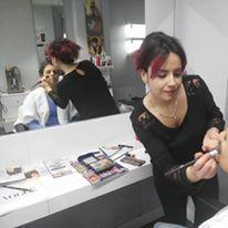 Monica Porres dando los ultimos retoques a una de sus clientas, esta joven profesional pero con una dilatada experiencia dirige un equipo de profesionales que ofecen un amplio abanico de servicios de peluqueria y estética con la ultima tecnologia, en solo un año se ha posicionado como una de las referencias en recogidos en Burgos