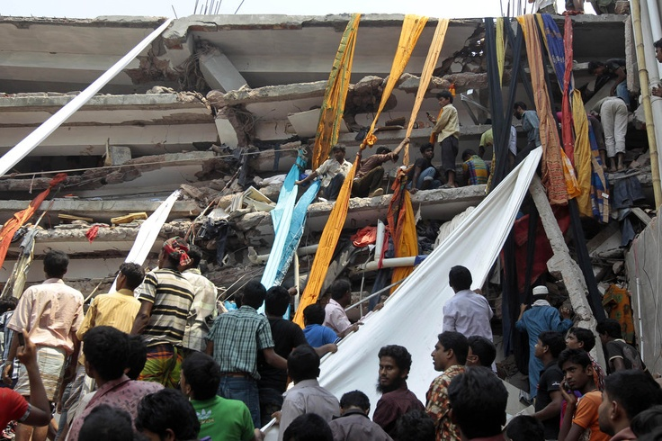 Horror in Bangladesh | Rescue workers use clothes to bring down survivors and bodies after an eight-story building housing several garment factories collapsed in Savar, near Dhaka, Bangladesh, Wednesday, April 24, 2013. | Photo: AP / A.M. Ahad