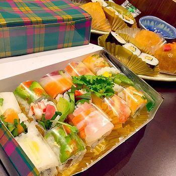 新宿や京都伊勢丹の地下でゲットできるこちらのかわいいお寿司がスシアベニューK's のロール寿司です。                                                                                                                                                                                 もっと見る