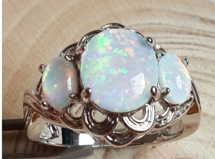 Main stone: Opal opal color : White / blue / pink Weight: 4.32 g 925 stamped History of the stone Opal is a stone of inspiration which enhances imagination and creativity. It can bring inspiration to