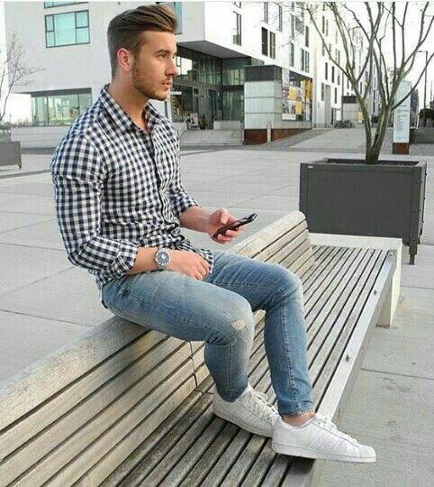 Casual.   Camisa básica de cuadros, jeans y tennis blancos
