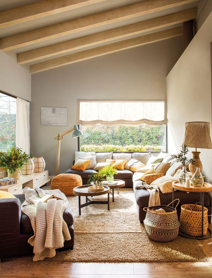 Salón rústico-moderno con sofá rinconero y muchos cojines_00456660