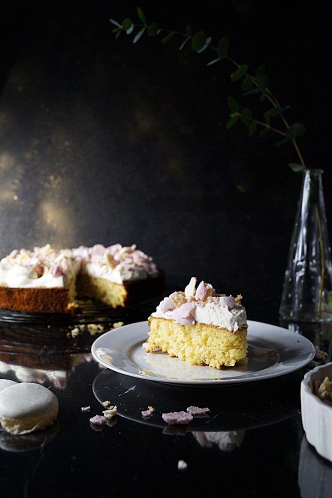 Ciasto skorupka to ciasto na bazie białej czekolady, z dodatkiem cytryny oraz posypane z wierzchu makaronikami. Ekskluzywne ciasto i proste w wykonaniu.