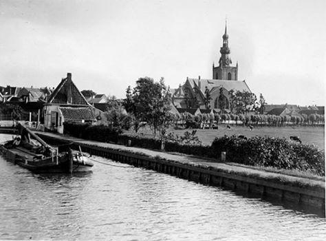 Rotterdam Overschie - De Delftse Schie met veerhuis en de Grote Kerk, 1910