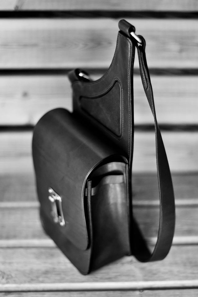 A side view of the Saddlebag Handbag to give you an idea of Depth.