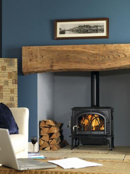 mooi die grove houten balk erin Jotul F 500 houtkachel in schouw | UW-haard.nl