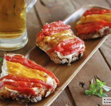 Tostas de mermelada de tomate, queso de cabra y pimientos.