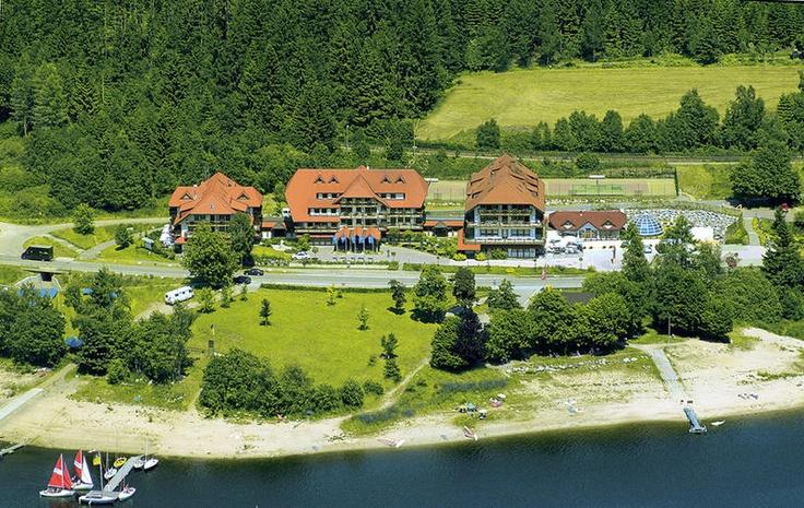 Wellnesshotel Auerhahn is een heerlijk 4-sterren superior hotel, gelegen in een rustgevende omgeving van heuvels, bossen en weides, direct aan de Schluchsee. Je zult je snel thuis voelen in het smaakvol ingerichte hotel waar je mede door de uitgebreide wellnessmogelijkheden ook heerlijk kunt ontspannen. Tel daar de uitstekende keuken bij op en je hebt het ideale vakantieadres! Wellnesshotel Auerhahn ligt niet ver van de Zwitserse grens. Officiële categorie ****