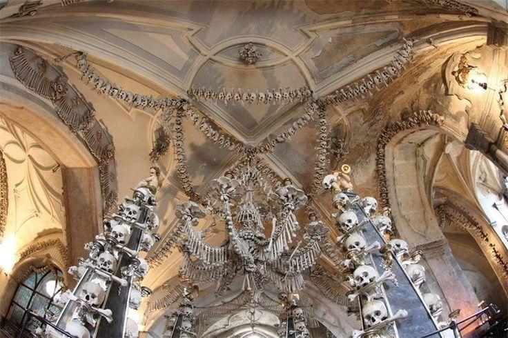 Необычные церкви Костница в Седлеце, Чехия Хоть это место само по себе небольшое, оно одно из самых странных. Делает его таким декор из костей и черепов. По официальным оценкам, потребовались кости 40 000 – 70 000 человек для создания интерьера маленького чешского костёла.