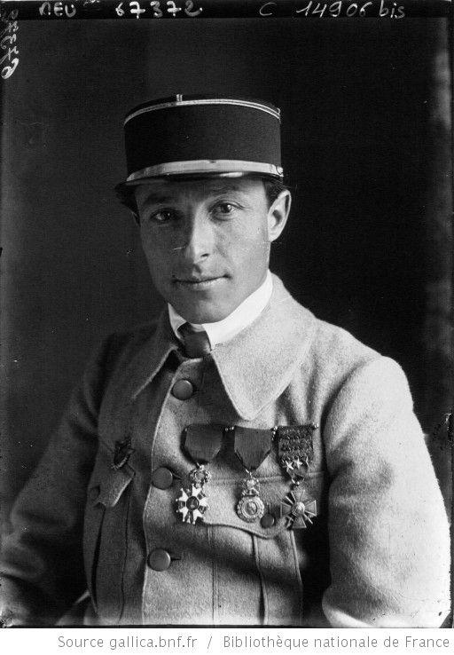 L'aviateur adjudant Barouillet : Légion d'Honneur, médaille Militaire, Croix de Guerre : [photographie de presse] / Agence Meurisse - 1