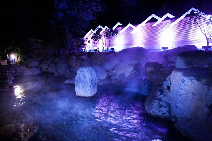 夜の露天風呂は幻想的な灯りに包まれる…。