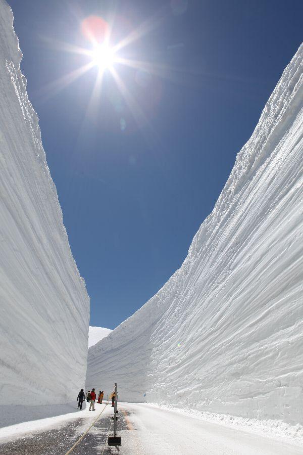 """11月に豪雪のため閉ざされて、来年4月に開かれると・・・。5ヶ月の沈黙を破って私たちの前に現れるのは、ただの銀世界ではなく、""""高い壁がそびえる""""銀世界。その絶景を一足お先にご紹介します。"""