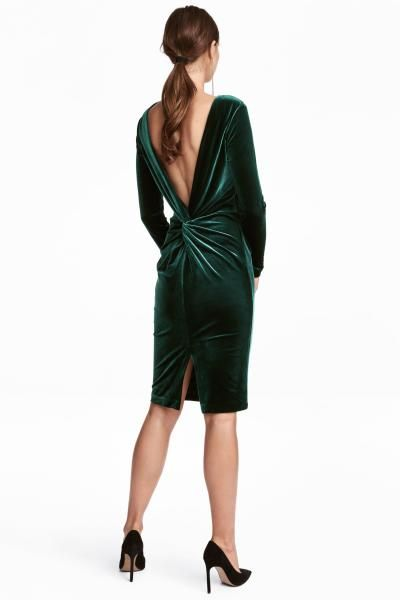 Knee-length dress in soft fabric with a deep V-neck at the back with a decorative knot detail and draping. Long sleeves and a slit at the back. Lined.